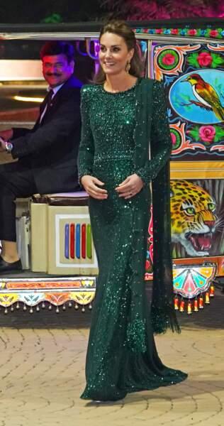 Kate Middleton rayonnante dans une longue robe sirène à paillettes vert émeraude.