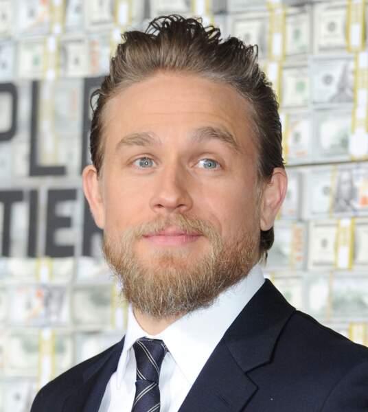 Le wet look cartonne aussi chez les hommes comme Charlie Hunnam.