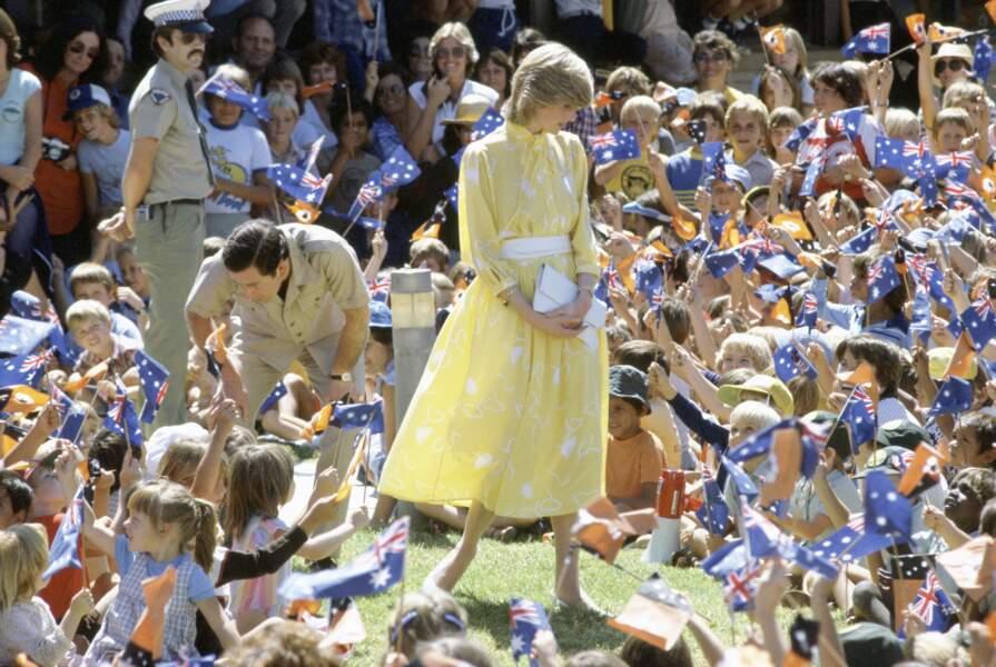 La princesse Diana dans une robe jaune pâle à imprimé floral, lors d'un voyage à Alice Springs, en Australie en 1983.