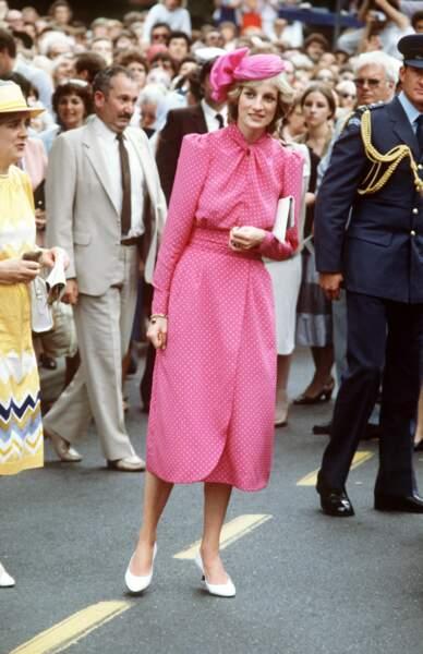 La princesse Diana, dans une robe rose à pois Donald Campbell accessoirisée d'un chapeau coordonné, lors d'un voyage à Perth en Australie, en 1983.