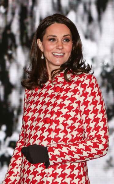 Kate Middleton dans un manteau à imprimé pied de poule rouge et crème signé Catherine Walker, lors d'un voyage à Stockholm, le 31 janvier 2018.
