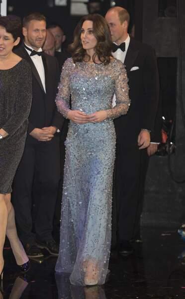 """Kate Middleton, dans une robe longue à sequins bleu Jenny Packham, lors d'une représentation du """"Royal Variety Performance"""" au théâtre Palladium de Londres le 24 novembre 2017."""