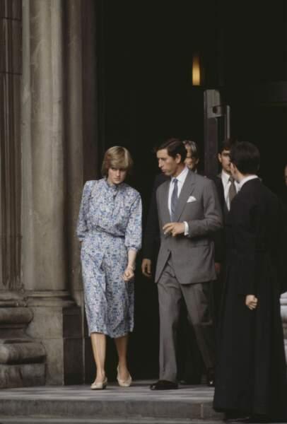 La princesse Diana dans une robe en soie à imprimé floral, avec le prince Charles à la sortie de la cathédrale St Paul après les répétitions de leur cérémonie de mariage, le 27 juillet 1981 à Londres.