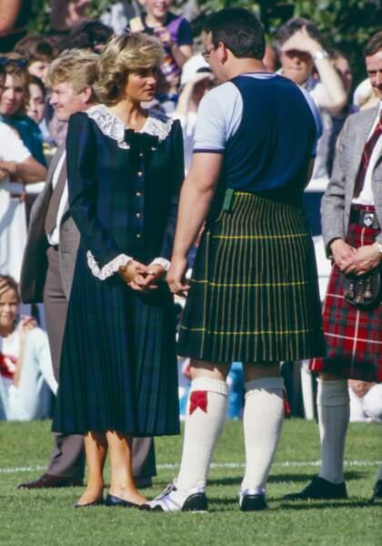 La princesse Diana, dans une robe en tartan vert et bleu, en Ecosse le 22 août 1987.