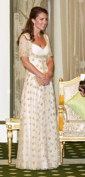 Kate Middleton avait déjà porté cette robe de soirée blanche et dorée Alexander McQueen, lors d'un dîner à Kuala Lumpur en Malaisie le 13 septembre 2012.