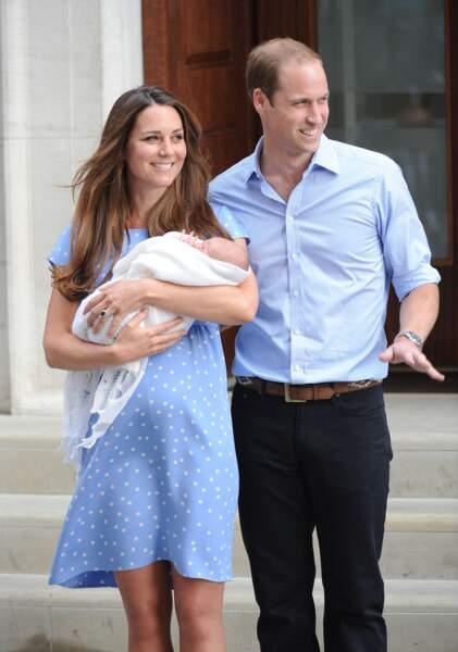 Le prince William et la duchesse de Cambridge, dans une robe légère à pois bleu ciel Jenny Packham, à la sortie de l'hôpital St Mary de Londres après la naissance de George, le 23 juillet 2013.