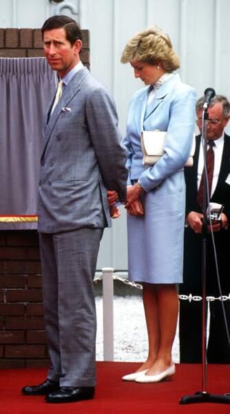 La princesse Diana dans un tailleur bleu ciel Catherine Walker, lors d'une visite à Chester en mai 1988 avec le prince Charles.
