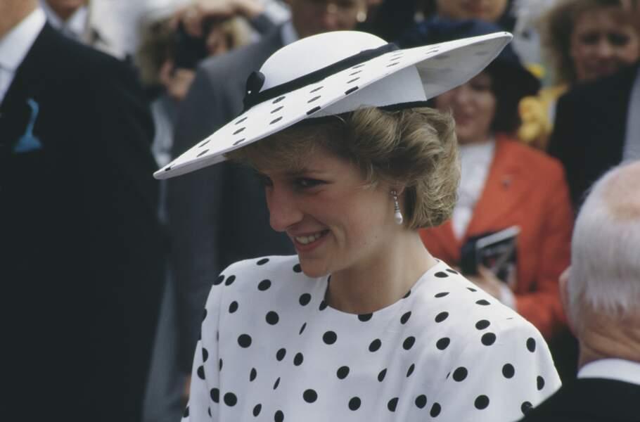 La princesse Diana dans une robe blanche à gros pois noirs signée Victor Edelstein, à Epsom en 1986.