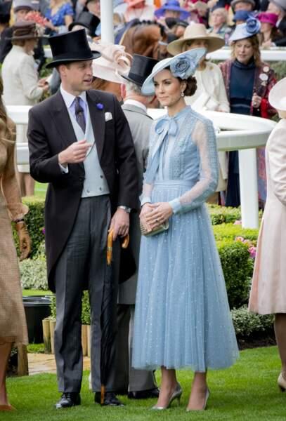 Kate Middleton dans un ensemble constitué d'un top et d'une jupe longue en tulle bleu ciel Elie Saab, lors du Royal Ascot, le 18 juin 2019.