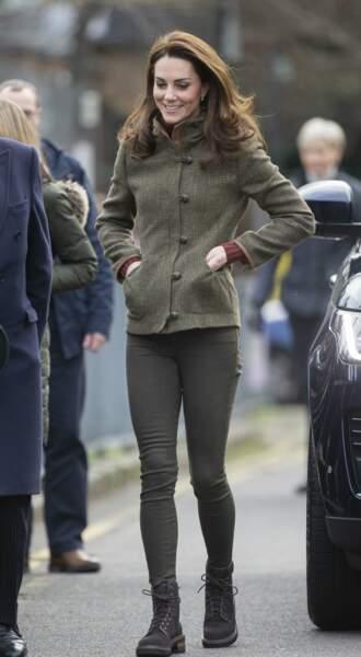 """Kate Middleton, vêtue d'un blouson en tweed Dubarry, lors d'une visite au """"King Henry's Walk Garden"""" à Londres, le 15 janvier 2019"""