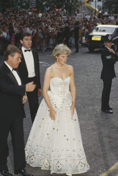 """Diana resplendit dans une robe blanche et dorée, signée David et Elizabeth Emanuel, lors de la première de """"Tuer n'est pas jouer"""" à Londres en juin 1987."""