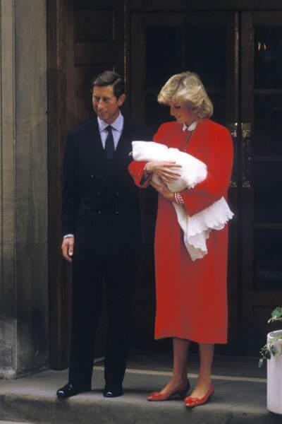 La princesse Diana, dans un long manteau rouge signé Jan van Velden, à la sortie du St Mary's Hospital après la naissance du prince Harry le 17 septembre 1984.