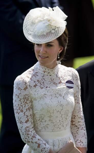 """Kate Middleton, dans une robe blanche en dentelle signée Alexander McQueen, lors de la première journée des courses hippiques """"Royal Ascot"""" le 20 juin 2017."""