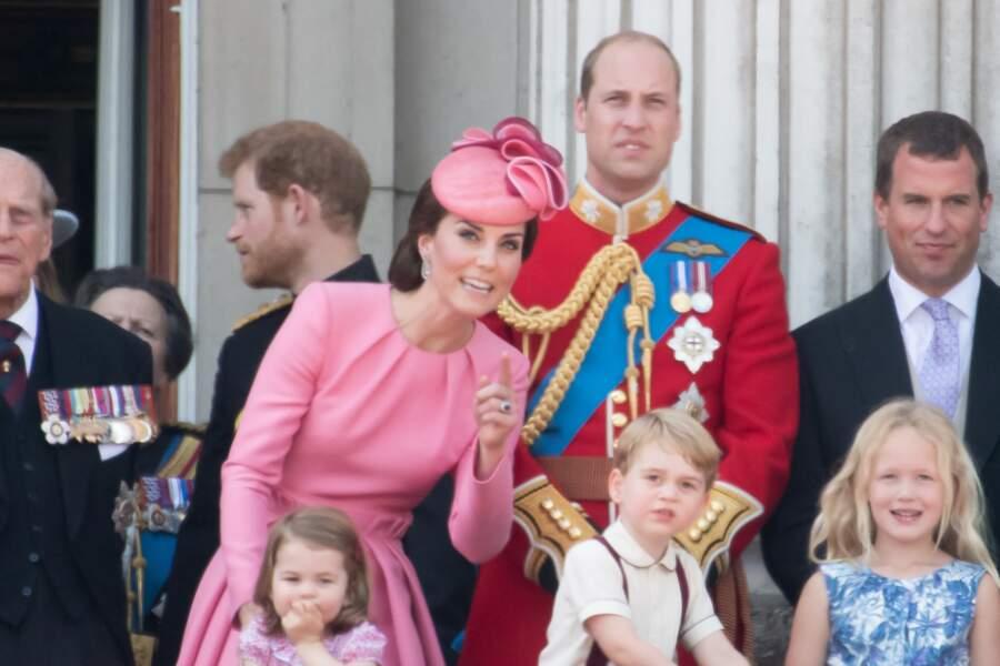 """Kate Middleton en robe rose Alexander McQueen et chapeau coordonné, lors de la cérémonie """"Trooping the colour"""" à Londres, le 17 juin 2017."""