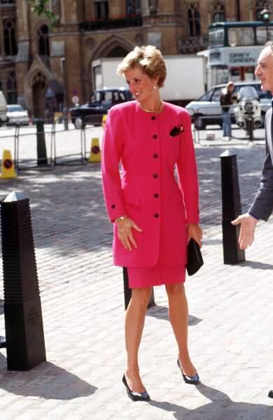 La princesse Diana en tailleur rose fuchsia à Westminster, le 1er janvier 1990