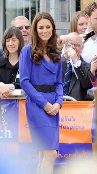 La Duchesse de Cambridge vêtue d'un tailleur bleu électrique de la marque Reiss, rehaussé d'une large ceinture noire, assiste à l'ouverture de l'hôpital Treehouse à Ipswich, le 19 mars 2012.
