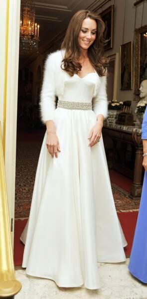 Kate Middleton, dans une robe longue de couleur crème signée Sarah Burton pour Alexander McQueen, lors de la soirée de son mariage à Buckingham Palace en 2011.