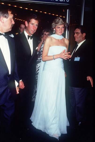 La robe de soirée en soie bleu ciel Catherine Walker, portée par Lady Diana, au bras du prince Charles, lors de la venue du couple royal au festival de Cannes en 1987.