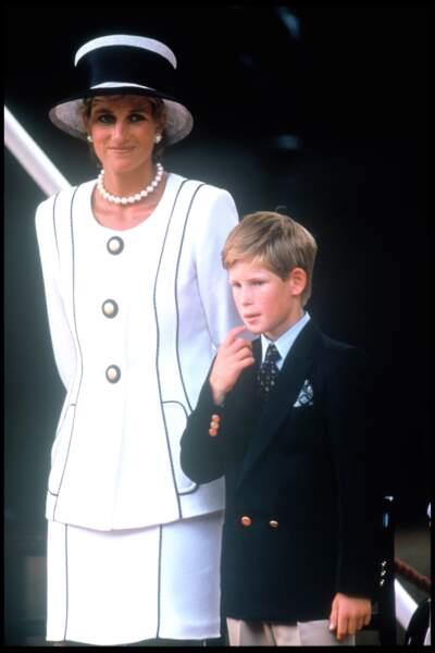 Lady Diana portant un tailleur ivoire à liseré marine du couturier Tomasz Starzewski, avec le prince Harry en 1995 à Londres, lors du 50e anniversaire de la victoire des alliés.