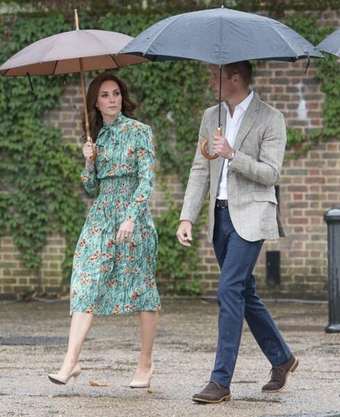 Kate Middleton, dans une robe verte à imprimé floral Prada, avec le prince William lors d'une visite du Sunken Garden dédié à la mémoire de Lady Diana à Londres le 30 août 2017.