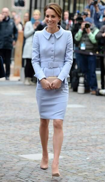 Kate Middleton, vêtue d'un tailleur bleu ciel Catherine Walker, en déplacement aux Pays-Bas, le 11 octobre 2016.