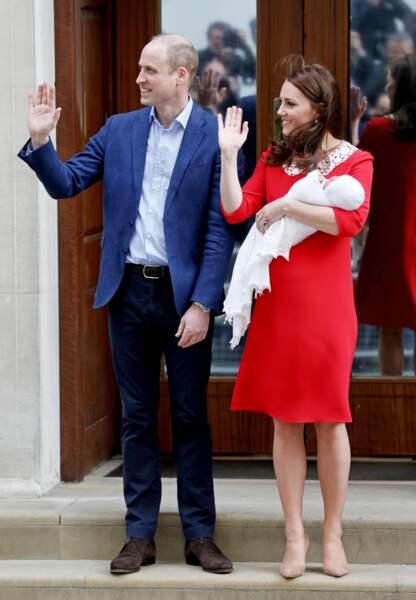 Kate Middleton, vêtue d'une robe rouge à col blanc Jenny Packham, à la sortie de l'hôpital St Mary après la naissance du prince Louis, le 23 avril 2018.