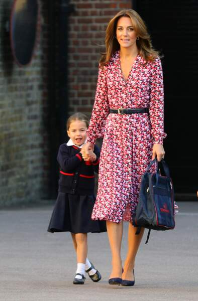 Kate Middleton, dans une robe à imprimé floral rouge Michael Kors, le 5 septembre 2019 à l'école Thomas Battersea de Londres.