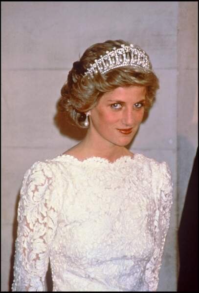 La princesse Diana, dans une robe en dentelle blanche Murray Arbeid, lors d'un dîner à l'ambassade d'Angleterre de Washington, en 1985.