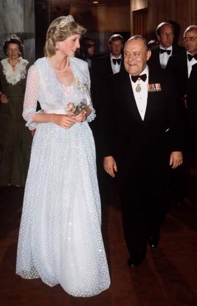 La princesse Diana, dans une robe en tulle bleu ciel, signée David et Elizabeth Emanuel, lors d'un dîner en Nouvelle Zélande, en 1983