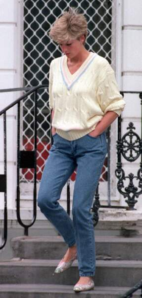La princesse Diana, portant un pull en maille torsadée à col en V, à la sortie de l'école Wetherby de Londres, le 16 juin 1992.