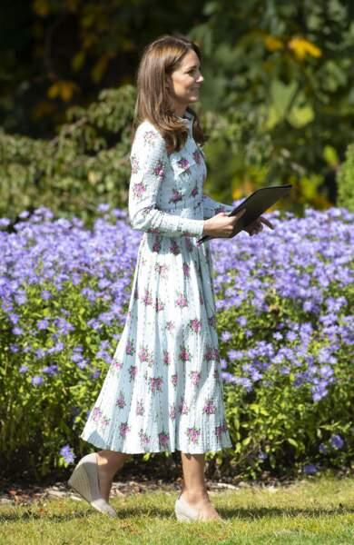 Kate Middleton, dans une robe à imprimé floral bleu ciel signée Emilia Wickstead, inaugure le jardin d'enfants de Wisley, le 10 septembre 2019.