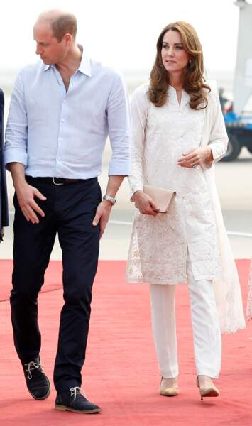 Kate Middleton, vêtue d'une tunique brodée de couleur crème de la marque pakistanaise Gul Ahmed, portée sur un pantalon, lors d'une visite officielle au Pakistan, le 17 octobre 2019.