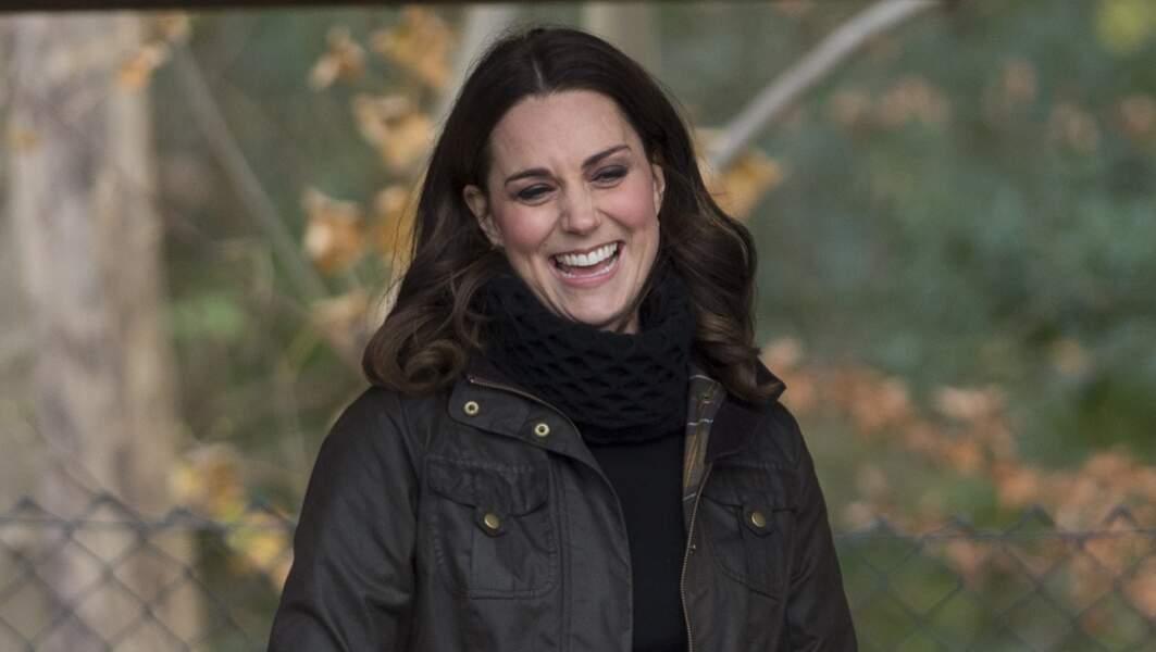 Kate Middleton, dans une veste Barbour, visite l'école primaire Robin Hood à Londres, le 29 novembre 2017.