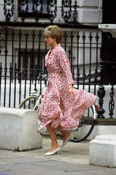 La princesse Diana, dans une robe à imprimé floral rouge, le jour de son anniversaire, à la sortie de l'école du prince Harry, le 1er juillet 1992.
