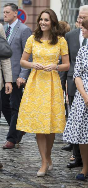 Kate Middleton portant une robe jaune à imprimé floral Jenny Packham, lors d'une visite à Heidelberg, en Allemagne le 20 juillet 2017.