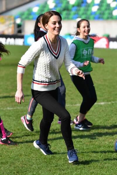 Kate Middleton, vêtue d'un pull en maille torsadée à col en V signé Ralph Lauren, au Windsor Park à Belfast le 27 février 2019.