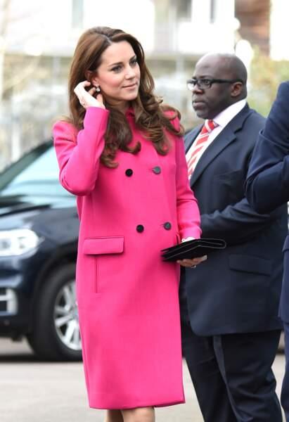 Kate Middleton dans un manteau rose fuchsia Mulberry à Londres le 27 mars 2015.