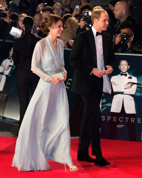 """Kate Middleton, au bras du prince William, dans une robe bleu ciel vaporeuse signée Jenny Packham, à la première de James Bond """"Spectre"""" à Londres le 26 octobre 2015."""