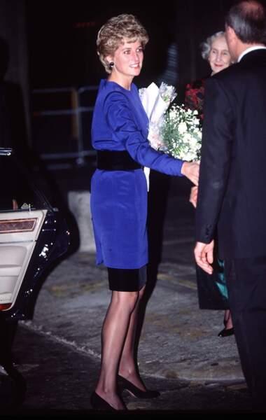 La princesse Diana, dans un ensemble bleu électrique, orné d'une ceinture noire, lors d'un concert à Londres en 1992.