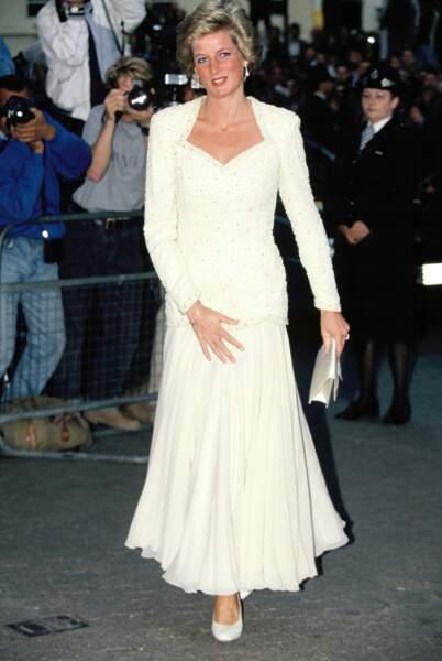 La princesse Diana dans une robe longue de couleur crème, en 1988
