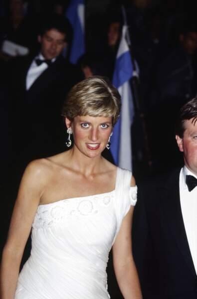 La princesse Diana dans une robe à épaule dénudée dessinée par Gina Fratini pour la maison Hartnell, en 1991 lors d'un voyage à Rio au Brésil.