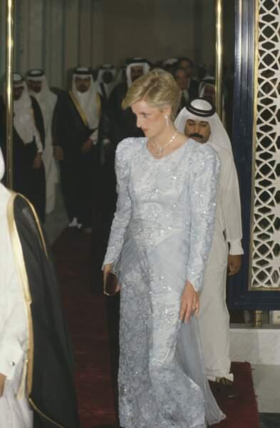 La princesse Diana, dans une robe pailletée bleu ciel signée Catherine Walker, lors d'un voyage au Qatar en 1986.