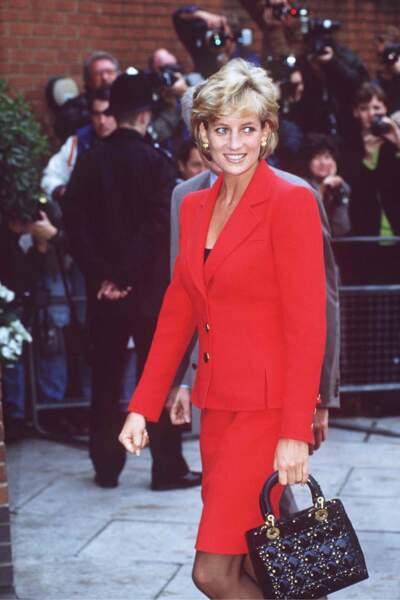 La princesse Diana en tailleur rouge à veste peplum, à Londres en 1996