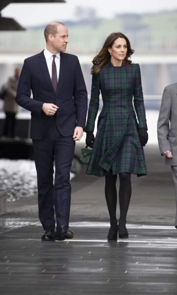 Kate Middleton dans une robe en tartan vert et bleu Alexander McQueen, avec le prince William à Dundee en Ecosse, le 29 janvier 2019.