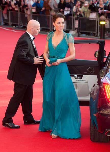 La robe de soirée bleu canard, version Kate Middleton (dessinée par la créatrice Jenny Packham), lors d'un concert au Royal Albert Hall de Londres, le 11 mai 2012.