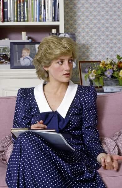 La princesse Diana dans une robe bleu marine à pois blanc, chez elle à Kensington, en 1985