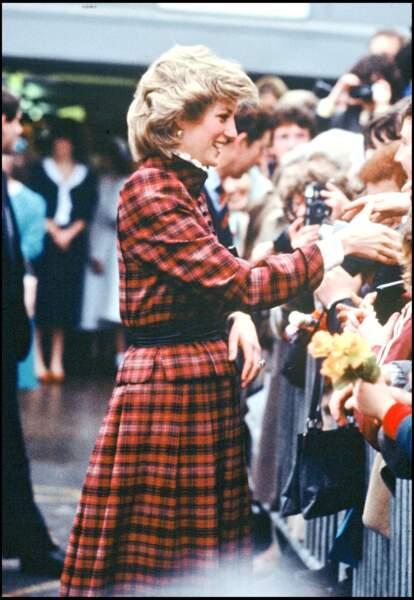 La princesse Diana, portant un ensemble à motif tartan signée Caroline Charles, lors d'un déplacement au Pays de Galles en 1985.