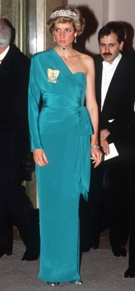 La robe de soirée bleu canard portée par la princesse Diana à l'occasion d'un banquet en l'honneur du président turc, le 14 juillet 1988