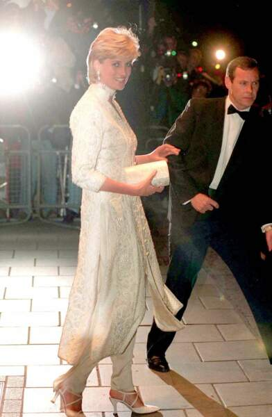 La princesse Diana en tunique brodée et pantalon crème, lors d'un gala de charité à Londres, en 1996.