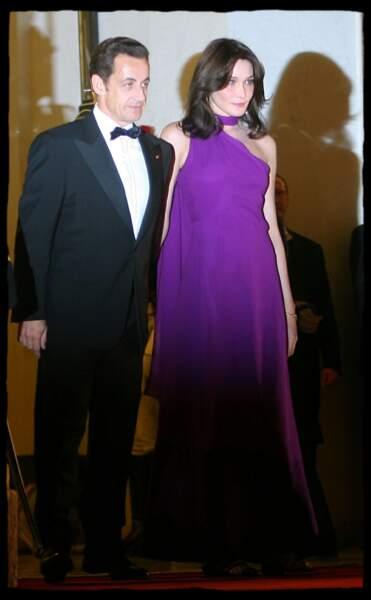 Quelques jours plus tard, Carla Bruni fait sensation au bras de son mari Nicolas Sarkozy sur le perron de l'Elysée pour accueillir Shimon Peres.